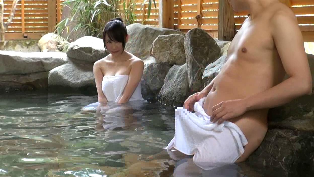 混浴風呂に入浴しているカップルの女の前で