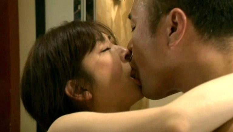 ベッドルームで激しい性交をする人妻の情事の痴態