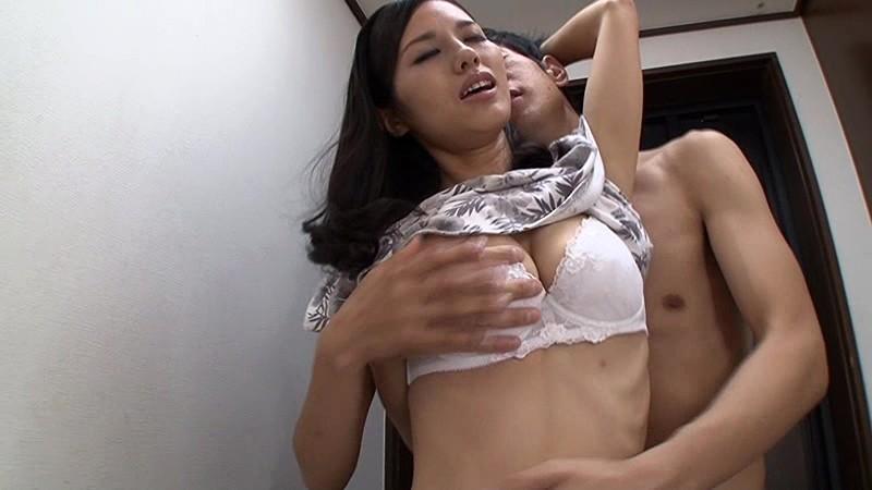 父が出かけて2秒でセックスする母と息子
