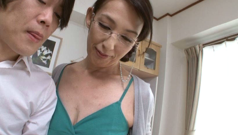 派遣先で息子さんの童貞を卒業させる熟女家庭教師