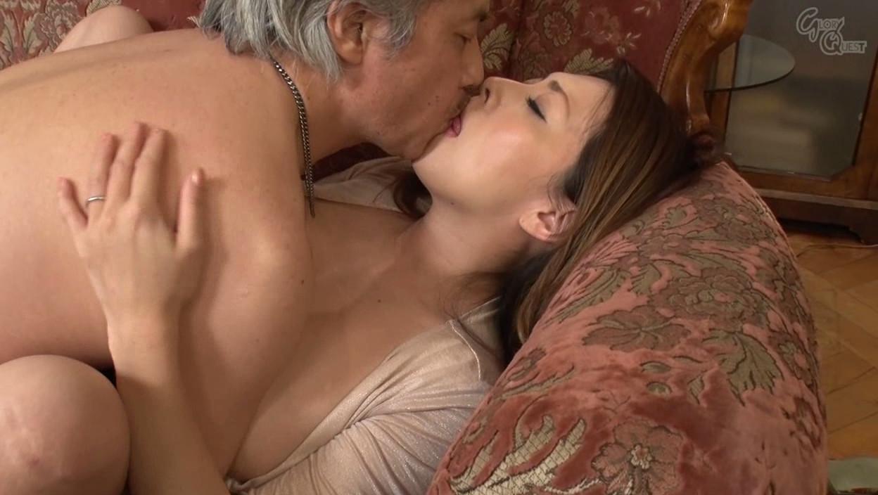 巨乳妻の乳首が見えて旦那発情