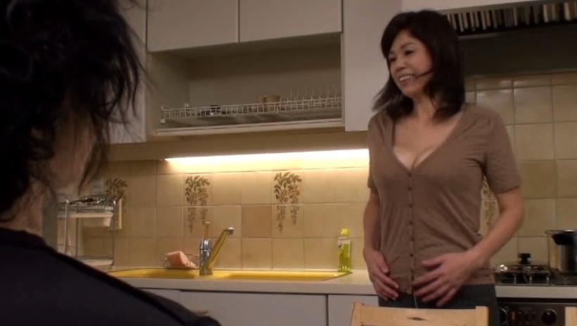 お母さんの温かい乳房に挟まれて出ちゃったんです