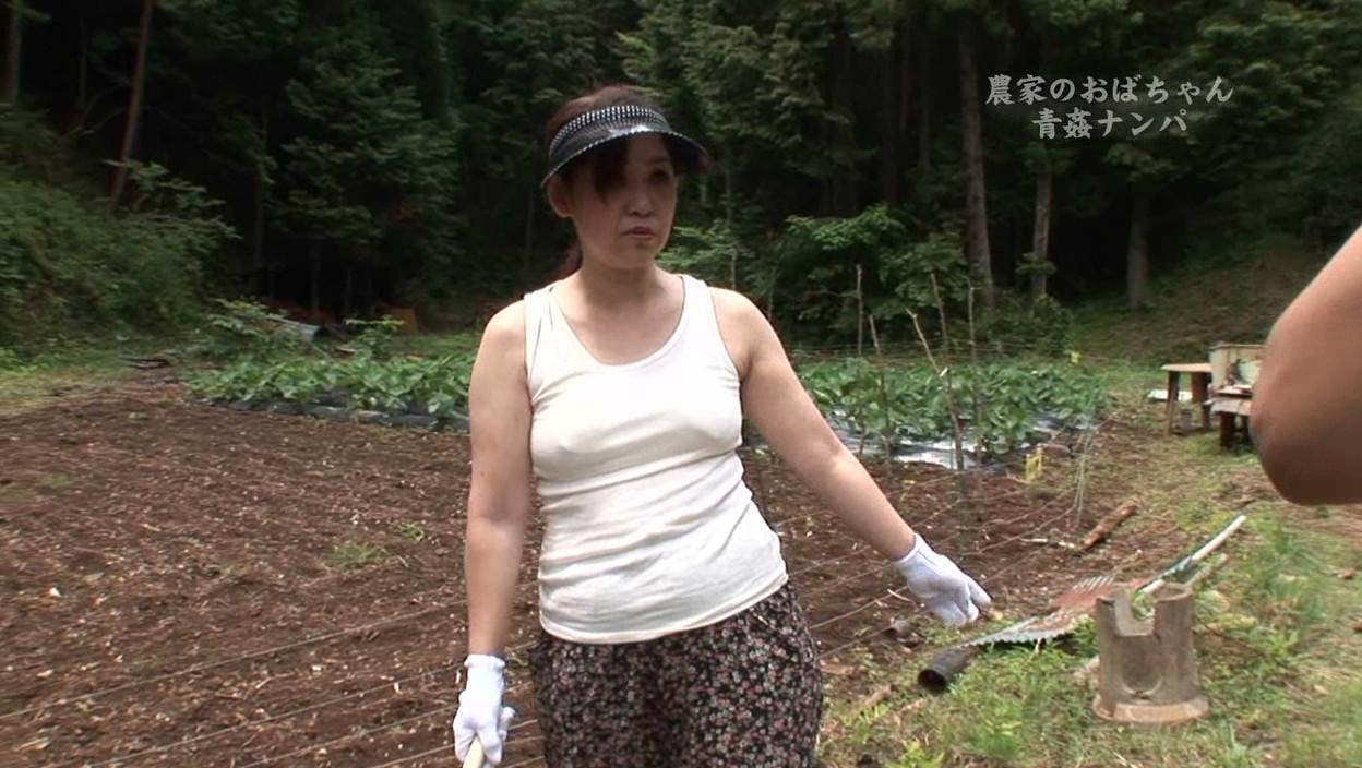 農家のおばさん熟女の青姦